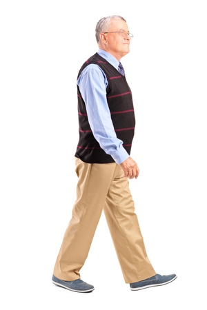 caminando: Retrato de cuerpo entero de un hombre caminando altos aislados sobre fondo blanco