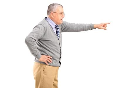 jefe enojado: Angry hombre maduro apuntando con el dedo aislado en el fondo blanco