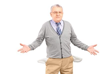 hombre pobre: Pobre hombre que muestra sus bolsillos vac�os, aislados en fondo blanco