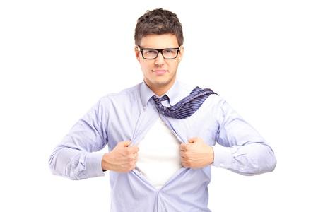 Hombre joven guapo arrancando la camisa, aislado sobre fondo blanco