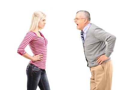 autoridad: Padre enojado gritando a su hija aisladas sobre fondo blanco