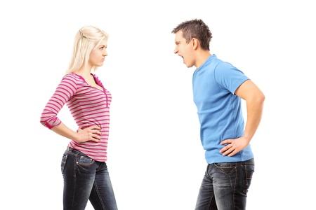 pareja enojada: Celoso hombre gritando a una mujer aislada sobre fondo blanco Foto de archivo