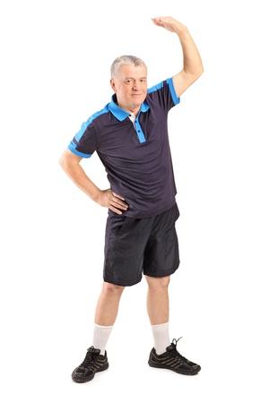 vestidos antiguos: Retrato de cuerpo entero de un hombre de edad madura haciendo ejercicio aislado sobre fondo blanco