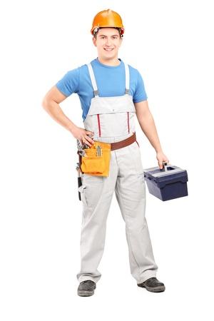 overol: Retrato de cuerpo entero de un trabajador manual de la celebraci�n de una caja de herramientas aisladas sobre fondo blanco