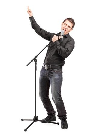 cantando: Retrato de cuerpo entero de un cantante interpretando una canción aislada en el fondo blanco
