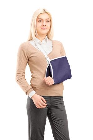 brazo roto: Mujer joven con una llave de brazo brazo roto llevaba aislado sobre fondo blanco