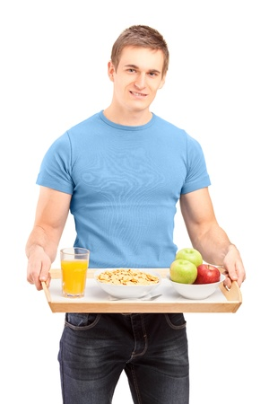 bandejas: Un sonriente con una bandeja de madera con bebidas y alimentos aislados sobre fondo blanco