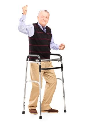 marcheur: Portrait en pied d'un homme heureux mature avec bonheur marcheur gestes isolés sur fond blanc