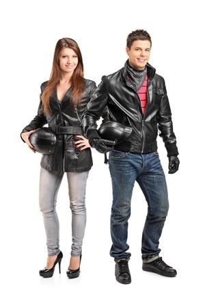 motociclista: Retrato de cuerpo entero de dos motoristas jóvenes en una chaqueta de cuero posando aislado sobre fondo blanco