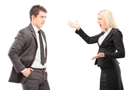 Professionnelle hommes et femmes ayant un argument isolé sur fond blanc