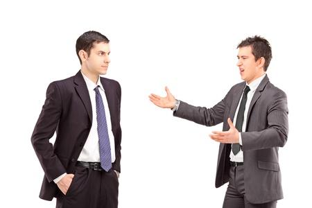 Deux personnes ayant une confrontation isolé sur fond blanc