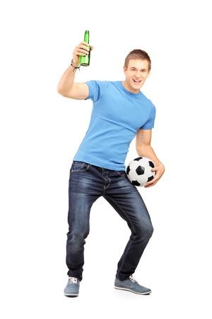 euphoric: Ritratto di lunghezza completa di un ventilatore euforico in mano una bottiglia di birra e il calcio tifo isolato su sfondo bianco