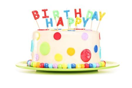 velas de cumpleaños: Delicioso pastel con velas de cumpleaños feliz, aislado en fondo blanco
