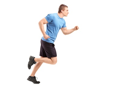 hombres corriendo: Retrato de cuerpo entero de un atleta masculino ejecutando aisladas sobre fondo blanco