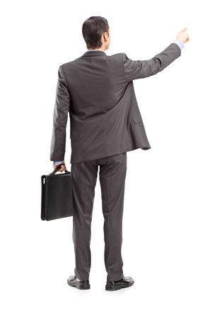 personas de espalda: Retrato de cuerpo entero de un hombre de negocios que apunta en una dirección, un disparo por la espalda, aisladas sobre fondo blanco
