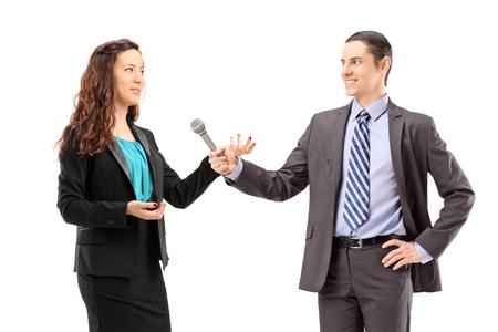 reportero: Un reportero de negocios y hombres teniendo una entrevista, aislados en fondo blanco
