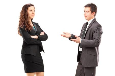 dos personas conversando: Hombres de negocios joven que tiene una conversaci�n aislada en el fondo blanco Foto de archivo