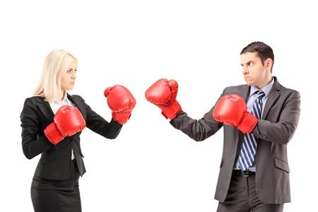 krachtige vrouw: Jonge ondernemers met bokshandschoenen ruzie geïsoleerd op witte achtergrond