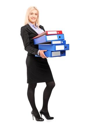 administracion de empresas: Retrato de cuerpo entero de una joven empresaria llevar carpetas aisladas sobre fondo blanco