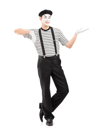 pantomima: Retrato de cuerpo entero de un mimo hombre haciendo un gesto con la mano, aislados sobre fondo blanco