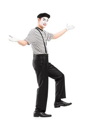 pantomima: Retrato de cuerpo entero de un bailarín mime gestos con las manos, aislados en fondo blanco Foto de archivo