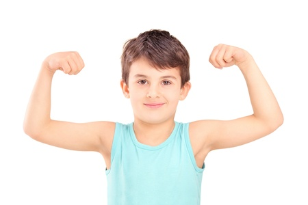 hombre fuerte: Un niño que muestra sus músculos aislados sobre fondo blanco