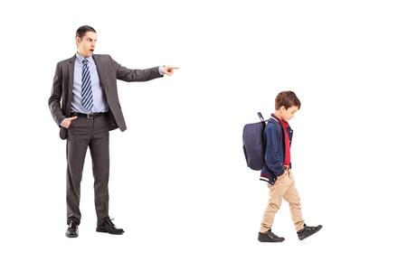 persona enojada: Retrato de cuerpo entero de un padre enfadado gritando a su hijo, aislados en fondo blanco