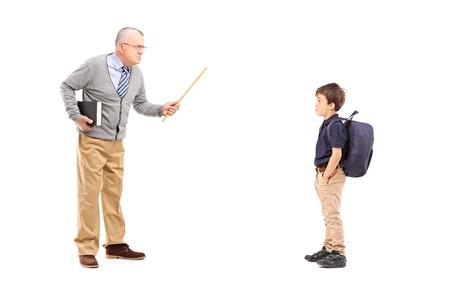 profesor: Retrato de cuerpo entero de un profesor enojado gritando a un colegial, aislado en fondo blanco