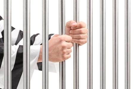 penitenciaria: Hombres manos sosteniendo barras de la prisión