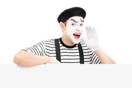 pantomima: Mime bailarina gesticulando y gritando y de pie sobre un panel, aislado en fondo blanco