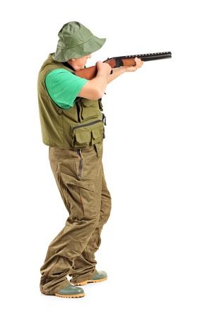 fusil de chasse: Portrait en pied d'un chasseur avec un fusil, isolé sur fond blanc
