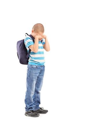 niño llorando: Retrato de cuerpo entero de una triste colegial llorando aislados sobre fondo blanco