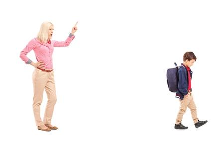 disciplina: Retrato de cuerpo entero de una madre enojada gritando a su hijo, aislados en fondo blanco Foto de archivo
