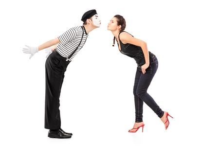 pantomima: Retrato de cuerpo entero de un mimo hombre y una mujer joven a punto de besar aislados en fondo blanco Foto de archivo