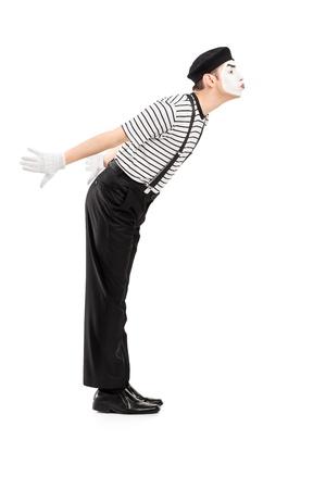 pantomima: Retrato de cuerpo entero de un hombre mime gesto artista besándose aislado en el fondo blanco