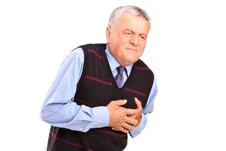 dolor de pecho: Un hombre maduro que tiene un ataque al corazón aislado sobre fondo blanco