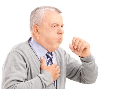 tosiendo: Una tos caballero maduro debido a enfermedad pulmonar aislada en el fondo blanco Foto de archivo