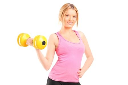 levantar pesas: Una atractiva joven levantando una pesa aisladas sobre fondo blanco