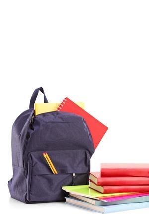 mochila: Studio foto de una mochila escolar con libros y cuadernos, aislado en fondo blanco Foto de archivo