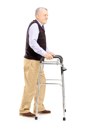 senioren wandelen: Full length Portret van een oude man midden met behulp van een rollator geïsoleerde op witte achtergrond