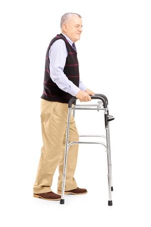 ancianos caminando: Retrato de cuerpo entero de un caballero de mediana edad con un andador aislado en el fondo blanco