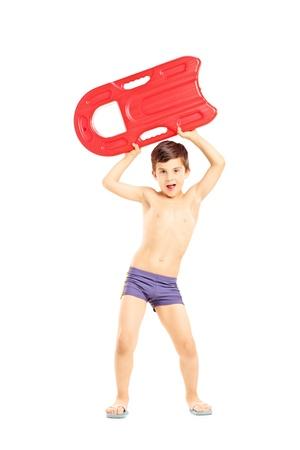 niño sin camisa: Retrato de cuerpo entero de un niño con una piscina de flotación y mirando a cámara, aislado en fondo blanco