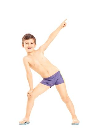 hombre sin camisa: Retrato de cuerpo entero de un niño en pantalones cortos de natación gesticulando con la mano aisladas sobre fondo blanco la mano Foto de archivo