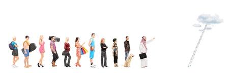 fila di persone: Ritratti a figura intera di persone in coda in attesa di salire su una scala di nuvole, isolato su sfondo bianco, girato con un inclinazione e spostamento obiettivo Archivio Fotografico