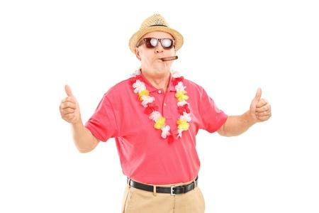 hombre fumando puro: Caballero maduro que fuma un cigarro y que da los pulgares para arriba aislados en fondo blanco