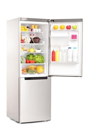 offen: Studio-Aufnahme von einem offenen Kühlschrank voller gesunder Lebensmittel vor weißen Hintergrund isoliert