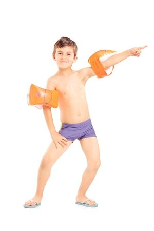 nackter junge: In voller Länge Portrait eines Jungen mit Schwimmen Armbinden zeigt auf weißem Hintergrund