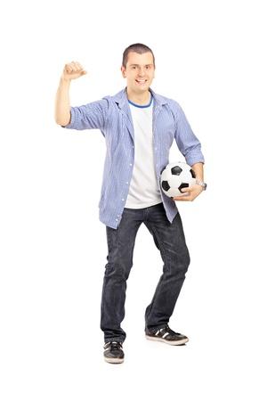 euphoric: Ritratto di lunghezza completa di un fan dello sport euforico in possesso di un pallone da calcio e tifo isolato su sfondo bianco