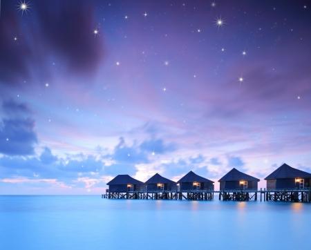 チルトとシフト レンズで撮影した星空ラヴィヤニ環礁、モルディブ、クレドゥの島の水上ヴィラのコテージで 写真素材
