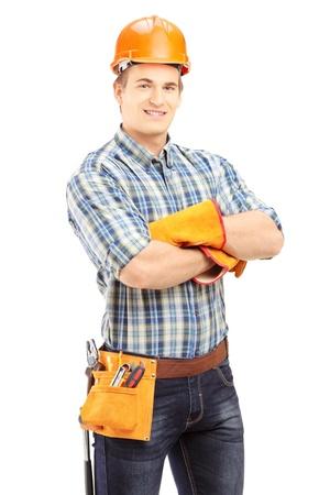 dělník: Sebevědomý a usměvavý dělník s helmu představují samostatný na bílém pozadí